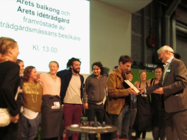 Daniel Hörberg Björklind från Skillebyholms Yrkeshögskola tar emot priset Årets idéträdgård